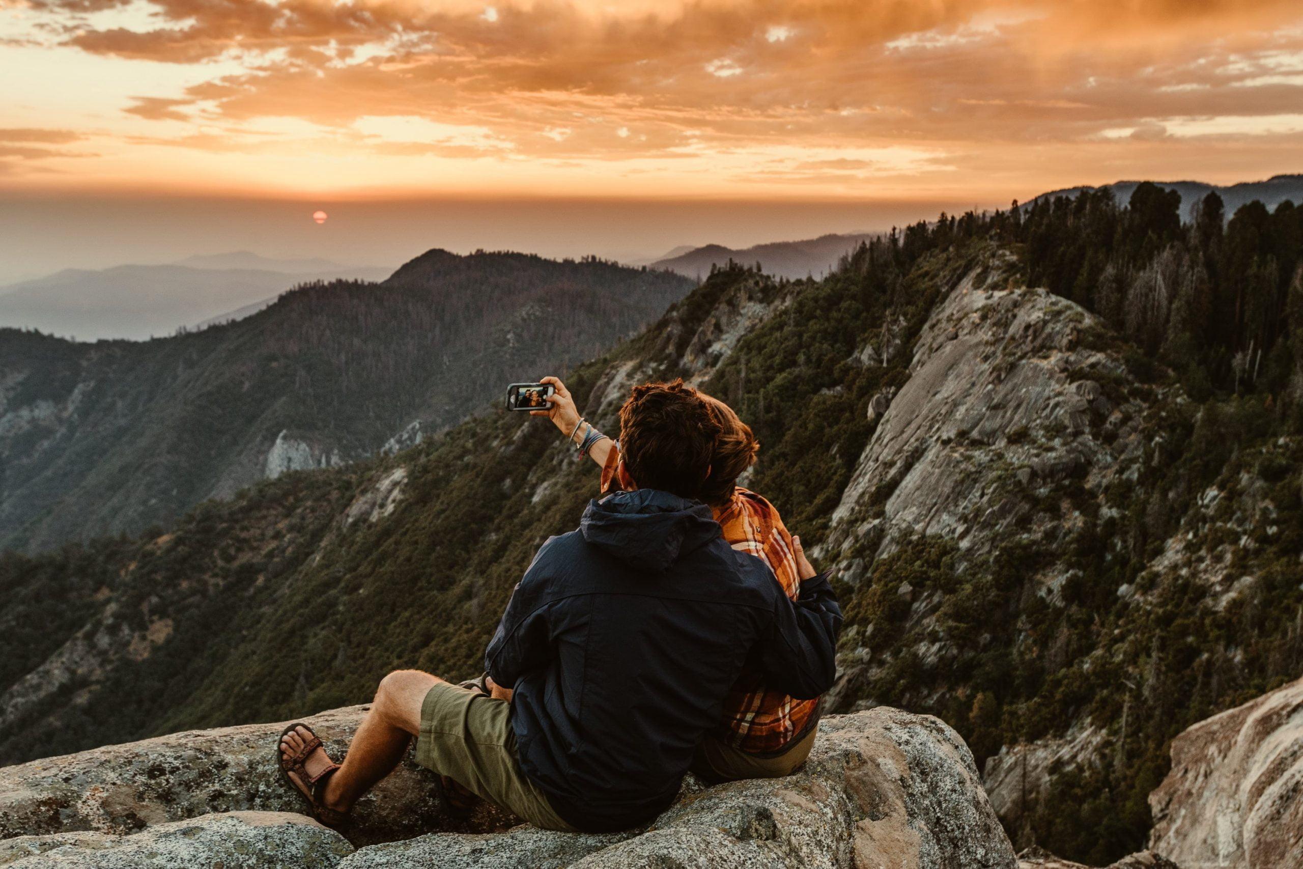 Stelletje maakt een foto in de bergen